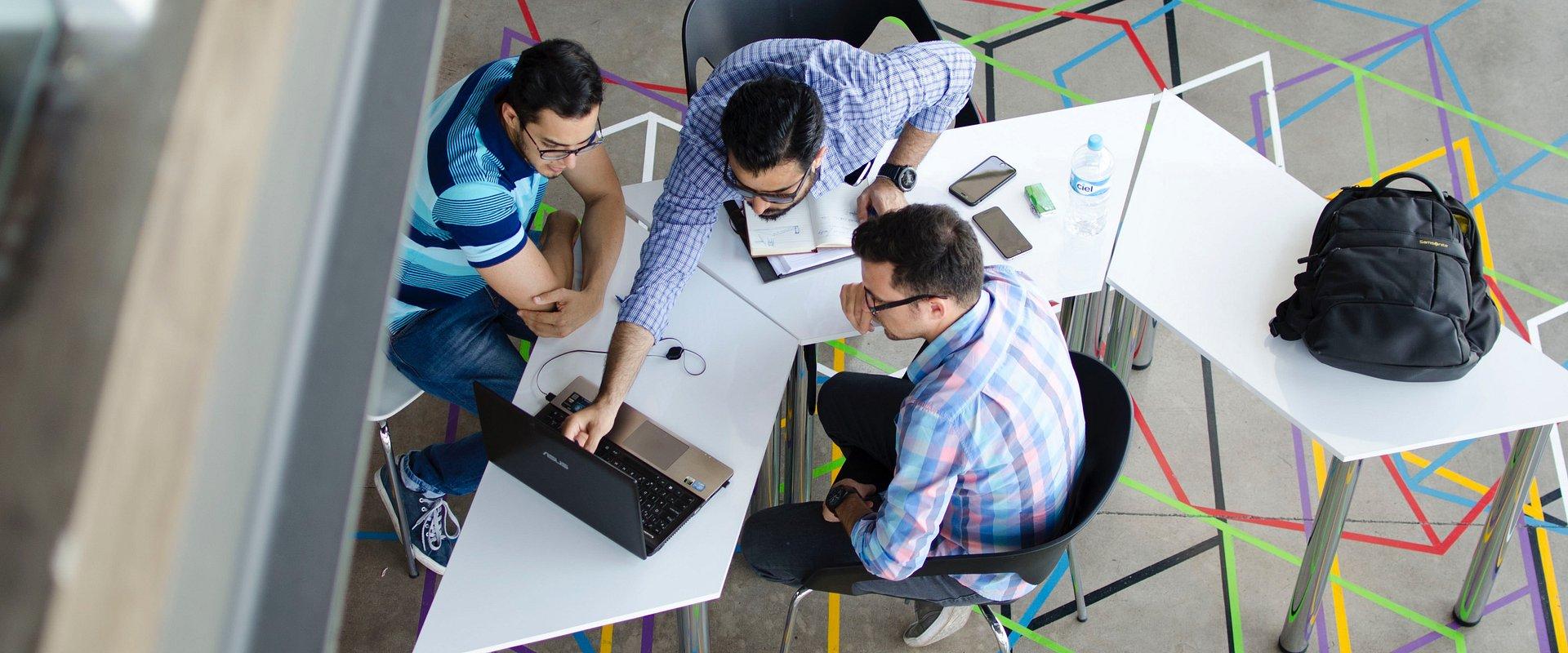 Grupa Pracuj wesprze 12 najzdolniejszych studentów IT!