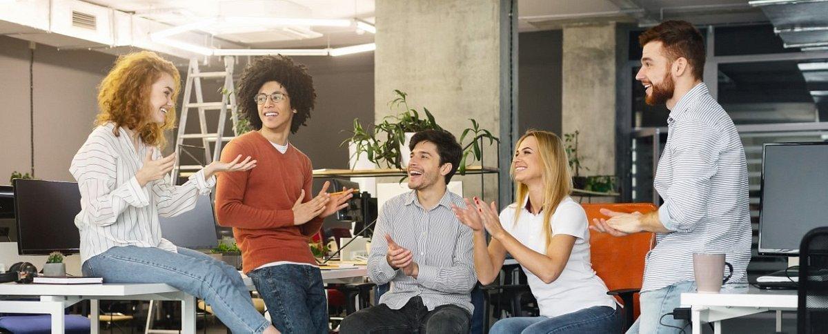 Pięć porad od eksperta branży HR, jak przetrwać pierwszy dzień w nowej pracy i jak się do niego przygotować.