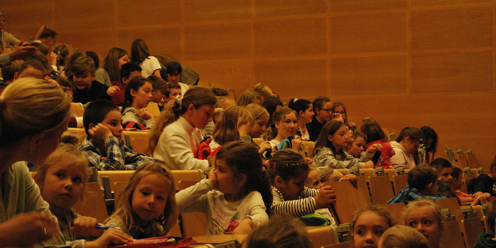 Dzieci dyskutują o ekologii. To nowi studenci w Dolnośląskiej Szkole Wyższej