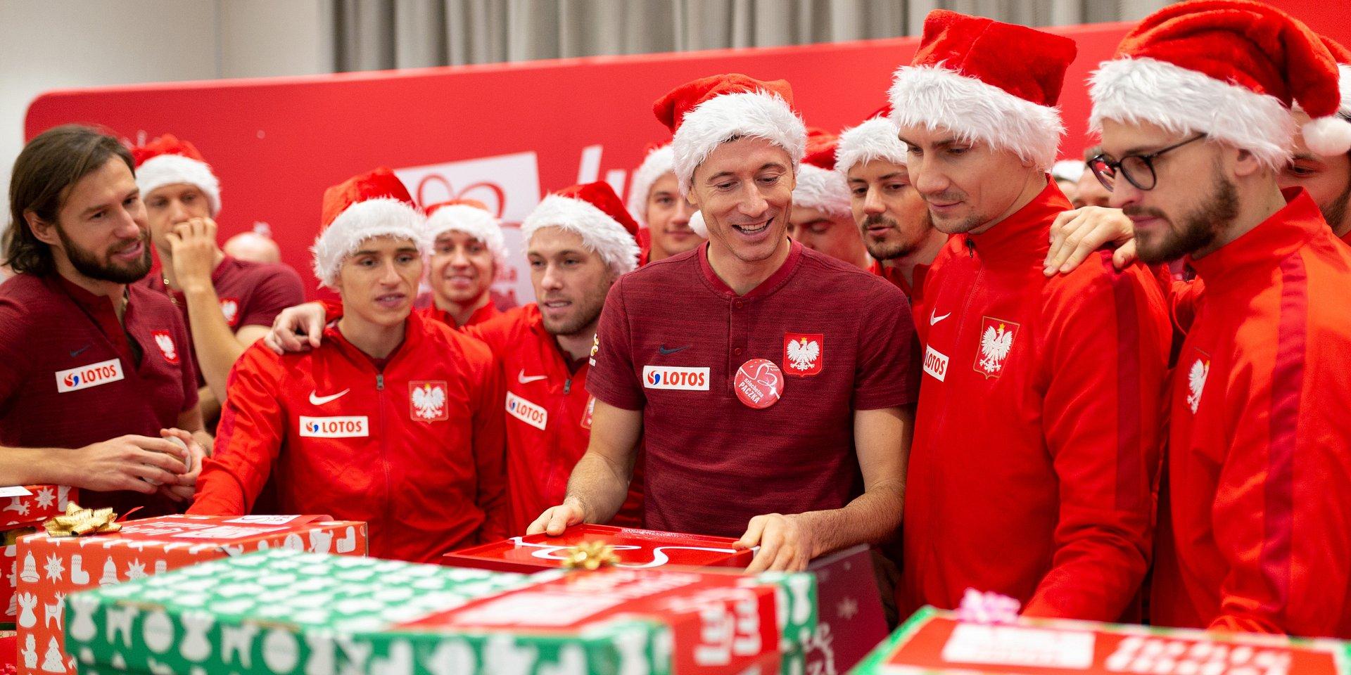 Robert Lewandowski: Robimy to z wielką miłością. Piłkarze reprezentacji Polski pomagają ze Szlachetną Paczką