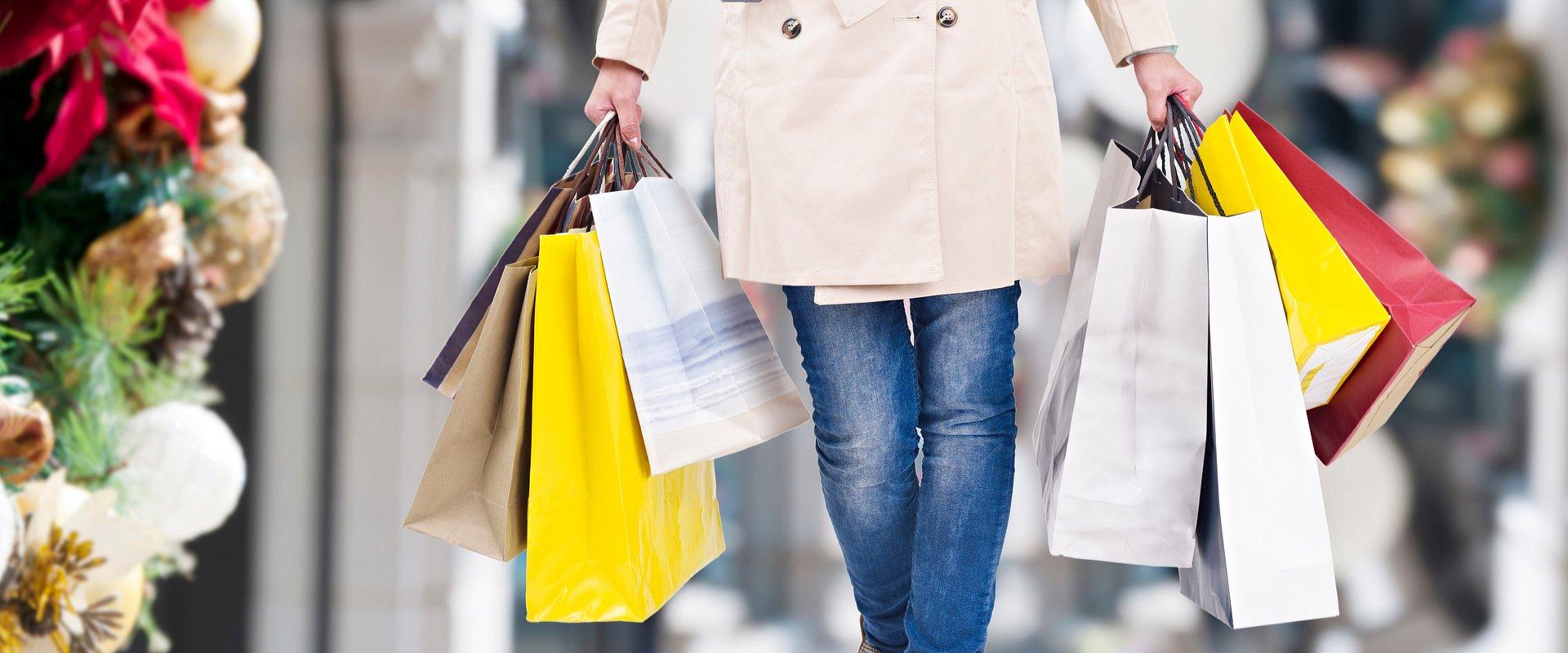 Ekspert WSB: mężczyźni znacznie częściej przekraczają świąteczny budżet