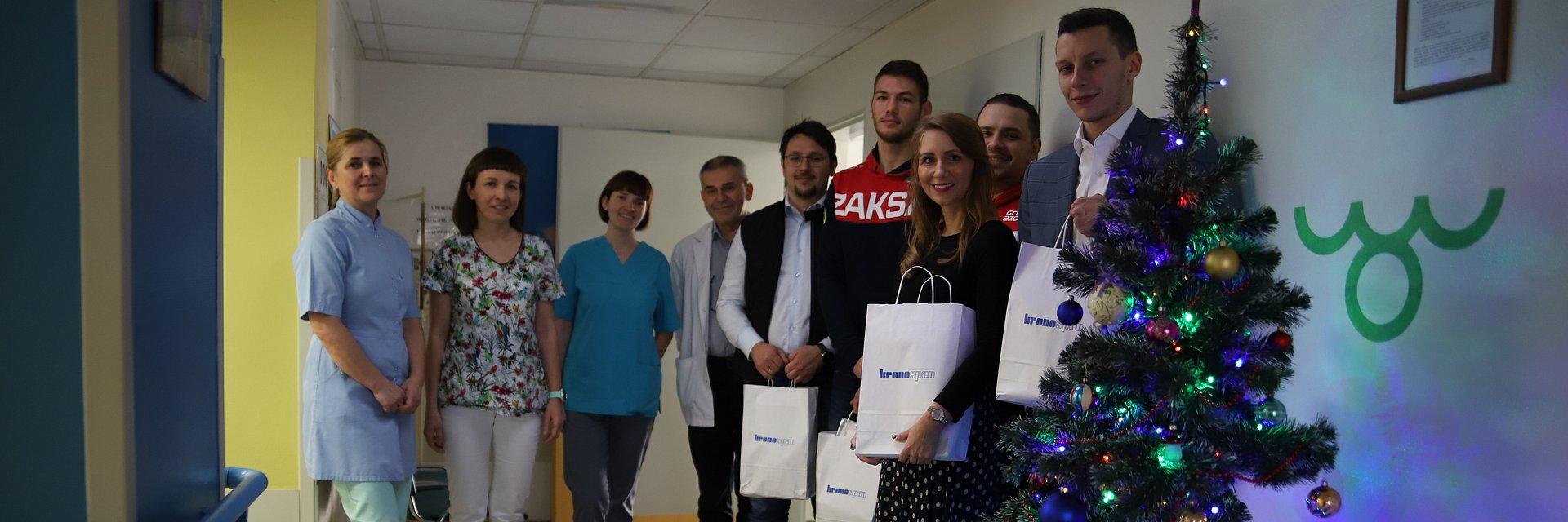 Prezenty dla małych pacjentów od pracowników Kronospan i drużyny ZAKS-y Strzelce Opolskie