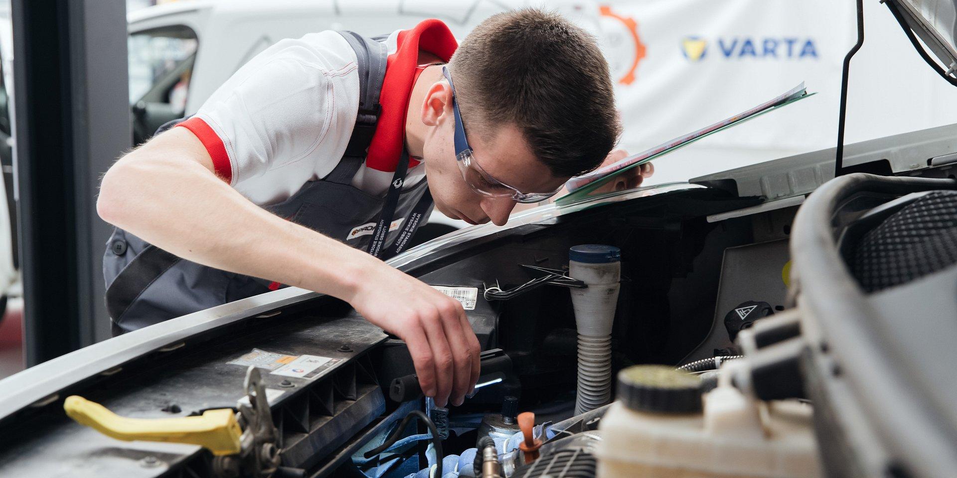 Young Car Mechanic na start!