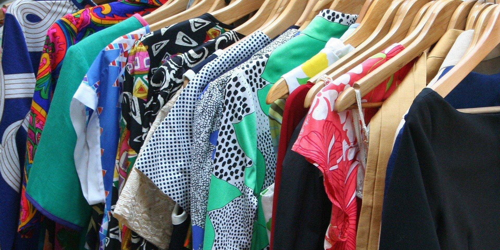Niepotrzebne ubrania? Oddaj je w drodze do pracy i wesprzyj wybraną fundację
