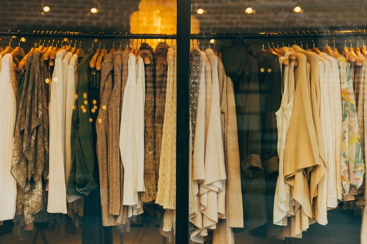 5 modowych niezbędników w szafie każdej kobiety