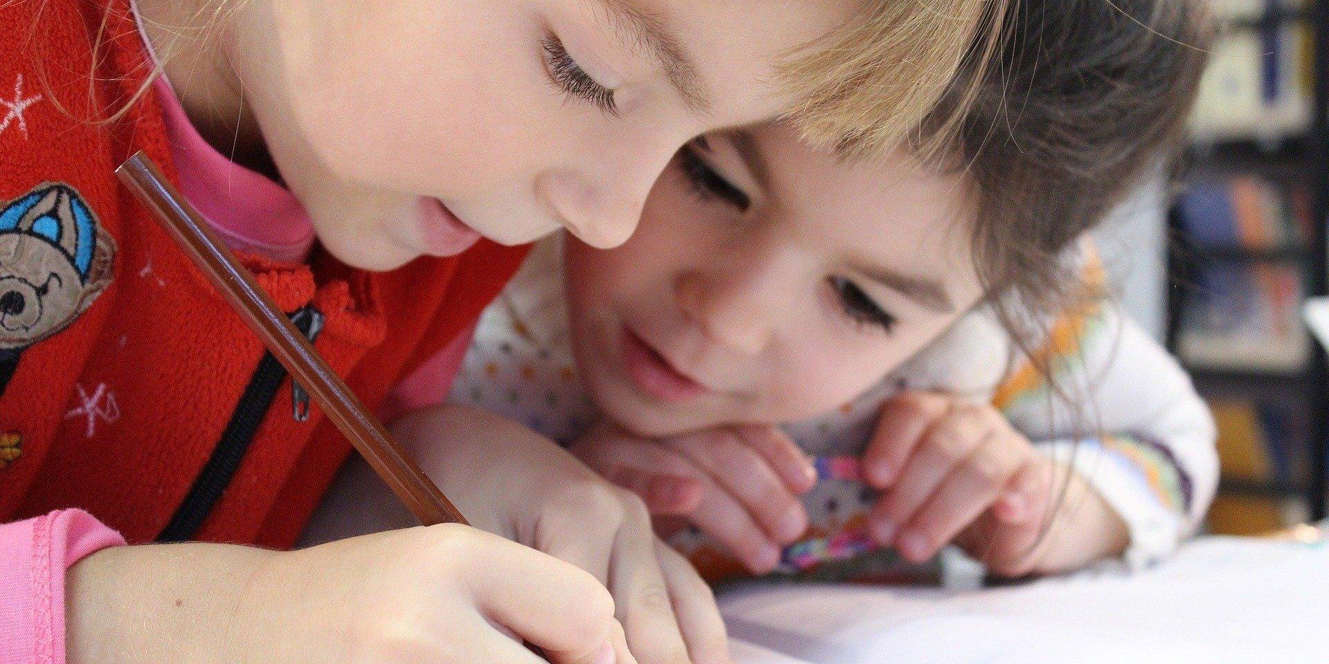 Koronawirus. Jak zorganizować dziecku czas? Jak unikać kłótni? Poradnik dla rodziców