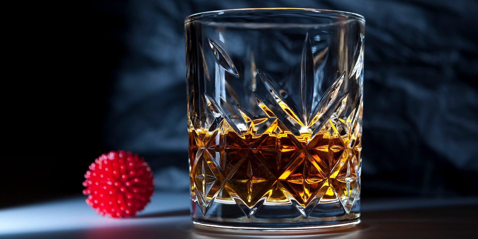 """""""Odkażanie"""" koronawirusa po polsku – w izolacji coraz częściej sięgamy po alkohol"""