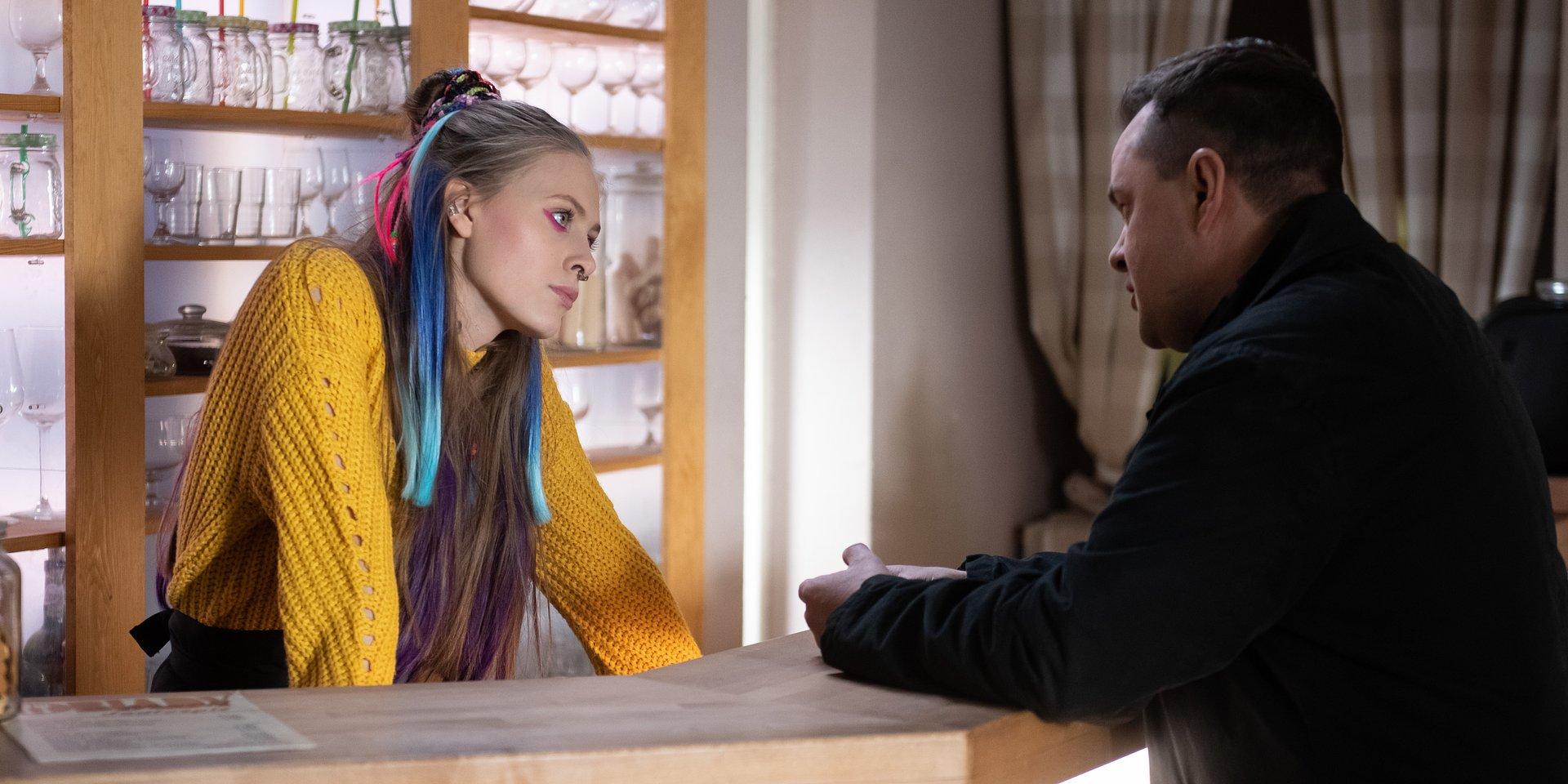 Na Wspólnej: Daria nie chce pozwolić ojcu na romans – Renata też jest czujna!