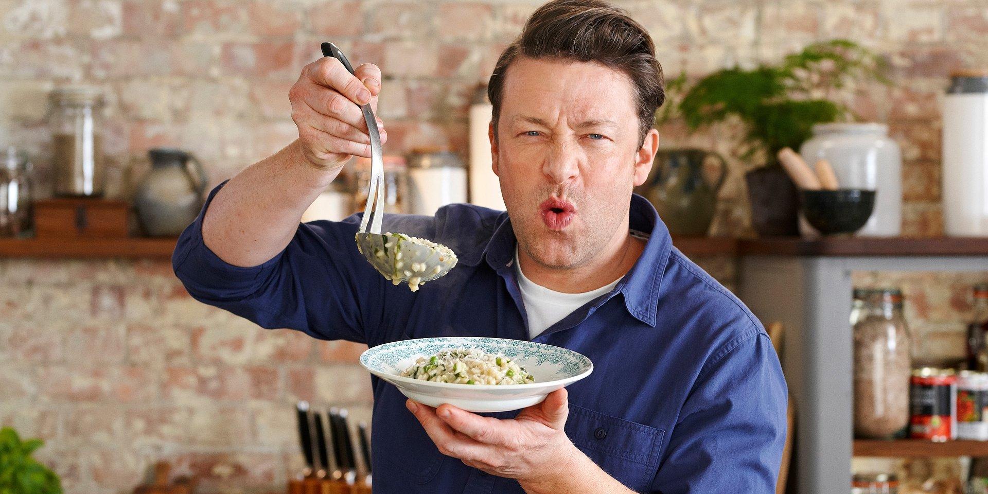 """Jamie Oliver w najnowszej serii kulinarnej """"Zostań w domu, gotuj z Jamiem"""" na antenie KUCHNIA+! #zostańwdomu"""
