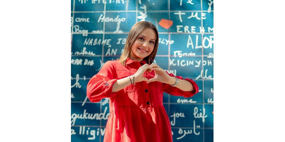 Carla – muzyczny fenomen z Francji – wspiera akcję #zostajęwdomu Universal Music Polska i Rzecznika Praw Dziecka Mikołaja Pawlaka