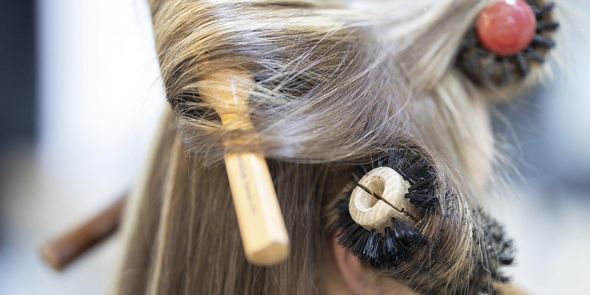 Mierzenie temperatury przed wizytą u fryzjera w centrum handlowym - co na to prawo?