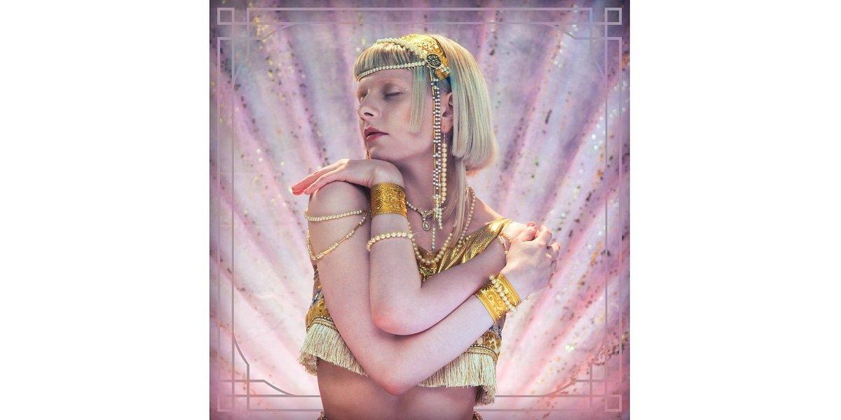 "Aurora otwiera serce w nowym singlu ""Exist For Love"""