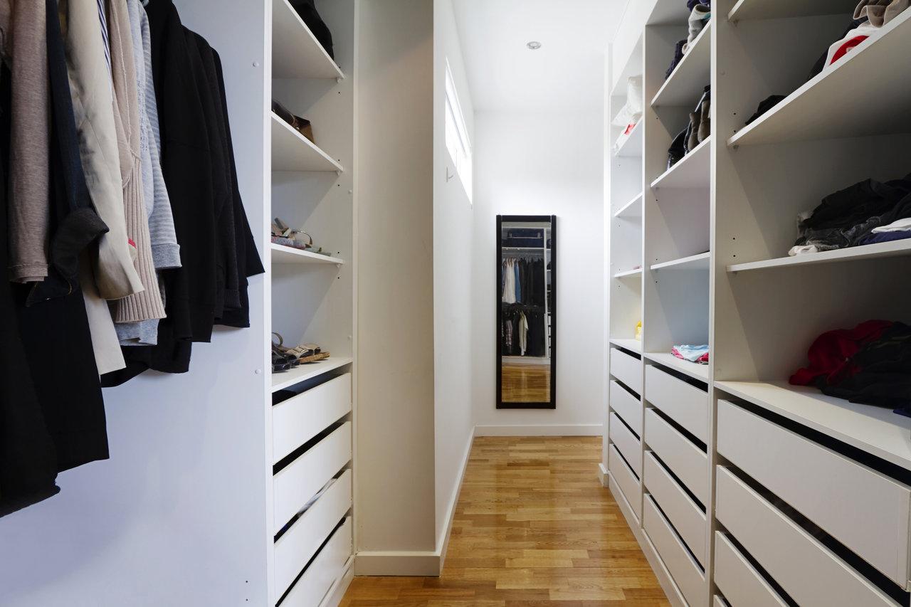 Podświetlenie półek w szafie – jak stworzyć niepowtarzalny styl