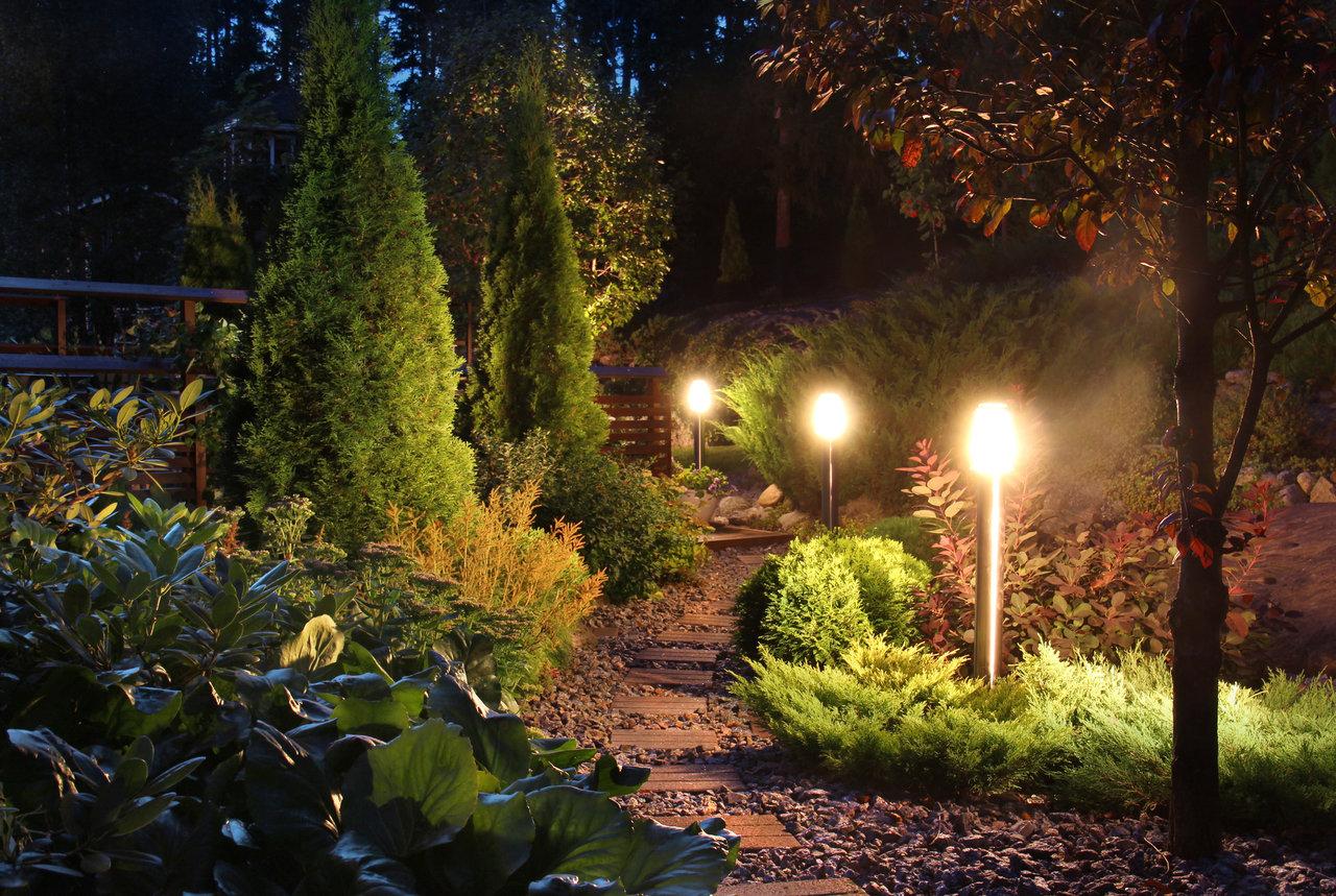 W tajemniczym ogrodzie – jak oświetlić ogród