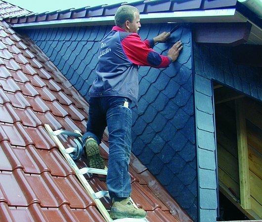 Drabina na dach. Poznaj modele, które zapewnią dekarzom komfort i bezpieczeństwo prac!